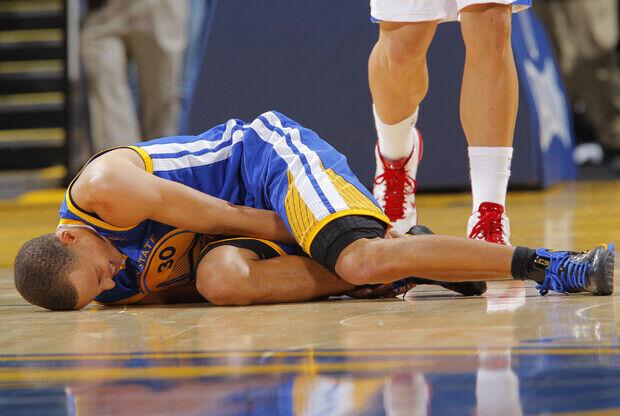 Stephen Curry, base de Golden State Warriors, sufre un esguince en el tobillo derecho./ Getty Images