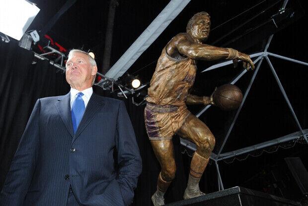 Jerry West junto a su estatua en el All-Star Weekend./ Getty Images