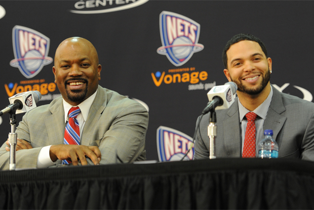 Billy King, general manager de the New Jersey Nets, y Deron Williams en rueda de prensa./ Getty Images