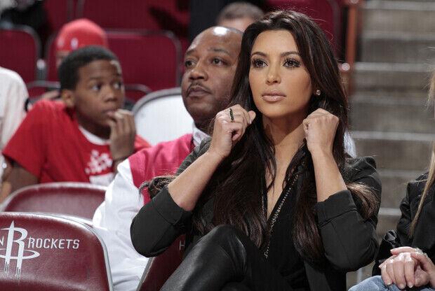 Kim Kardashian viendo un partido de su pareja Kris Humphries (New Jersey Nets vs. Houston Rockets)