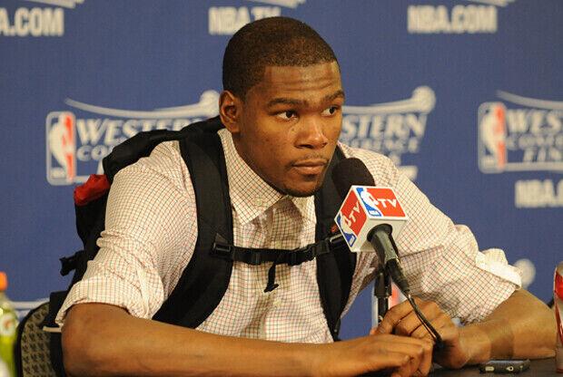 Kevin Durant (Oklahoma City Thunder) en rueda de prensa con su mochila./ Getty Images