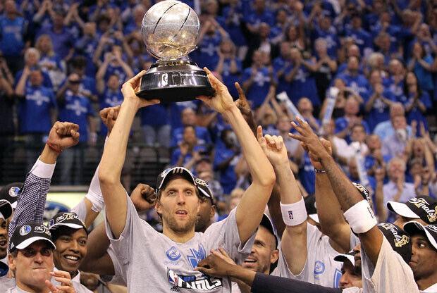 Nowitzki, con el trofeo que acredita a los Mavs campeones de la Conferencia Oeste./Getty Images