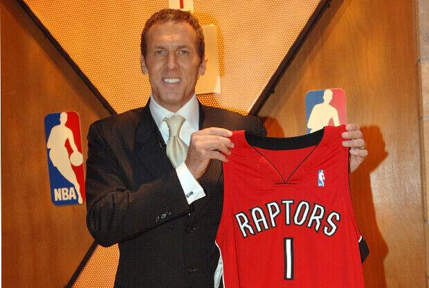 Bryan Colangelo con la camiseta de Toronto Raptors./ Getty Images