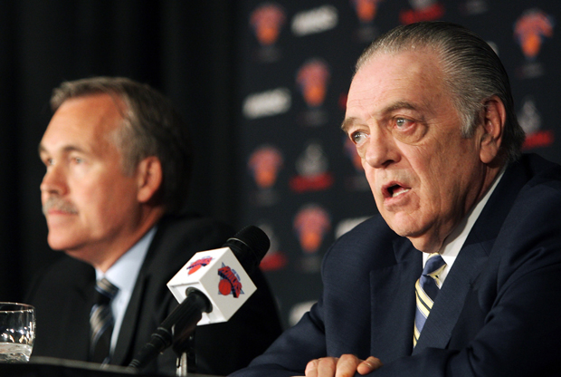 Donnie Walsh junto a Mike D'Antoni en rueda de prensa./ Getty Images