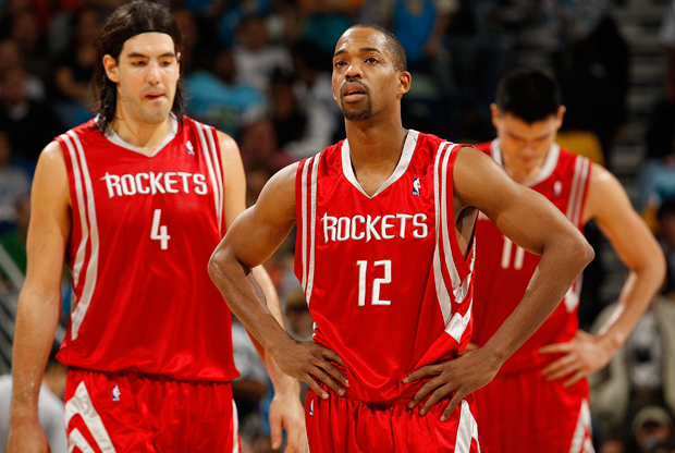 Rafer Alston junto a Luis Scola y Yao Ming durante su época en los Houston Rockets./ Getty Images