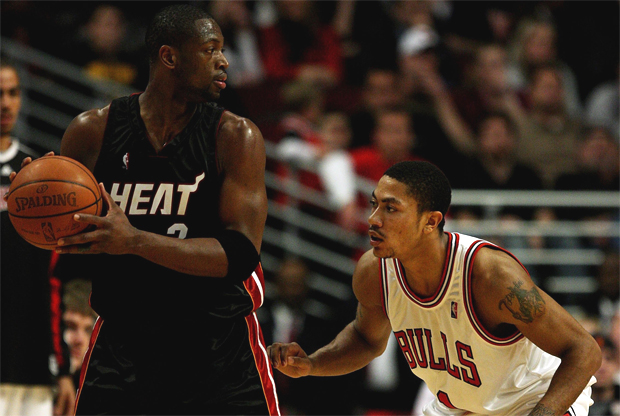 Dwyane Wade frente a frente con Derrick Rose./ Getty Images