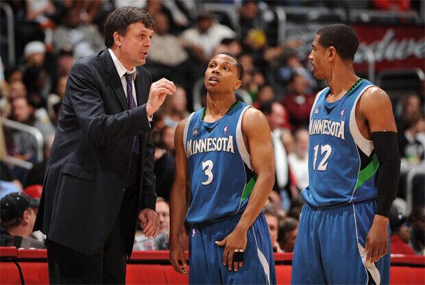 Kevin McHale como entrenador de Minnesota Timberwolves junto a Sebastian Telfair y Kevin Ollie