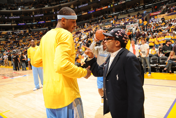 Carmelo Anthony y Spike Lee en el Pepsi Center./ Getty Images