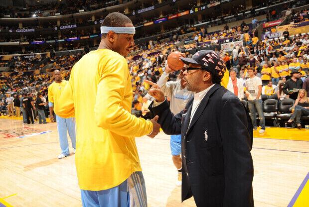 Carmelo Anthony y Spike Lee en el Pepsi Center./ Getty Images
