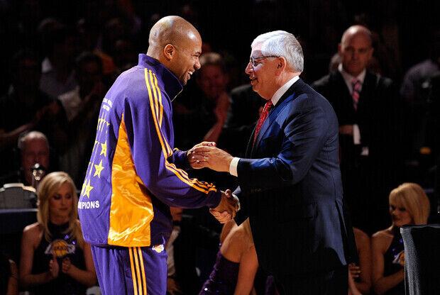 Derek Fisher, presidente de la Asociación de Jugadores, saluda a David Stern, comisionado de la NBA./ Getty Images