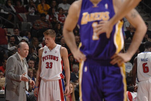 John Kuester, entrenador de Detroit Pistons, junto a Jonas Jerebko (Detroit Pistons)./ Getty Images