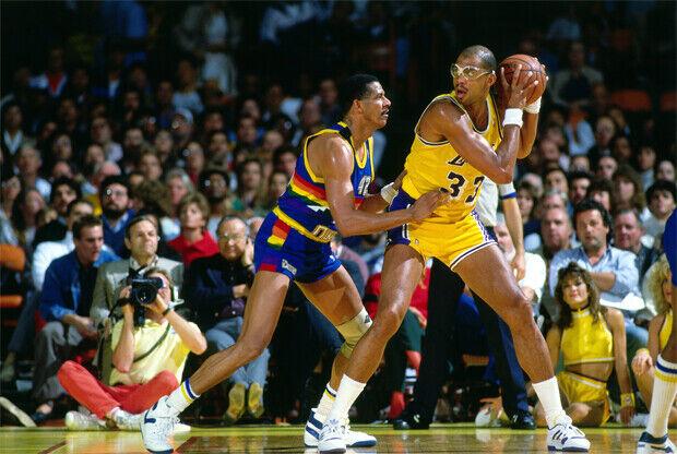 Kareem Abdul-Jabbar (#33 Los Angeles Lakers) protege el balón de Wayne Cooper (#42 Denver Nuggets)./ Getty Images