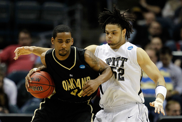 Keith Benson (#34 Oakland Golden Grizzlies) ante Gary McGhee (#52 Pittsburgh Panthers)./ Getty Images