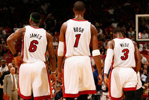 De espaldas, el trío de jugadores de los Heat que forman el bautizado como `Big-Three´./ Getty Images