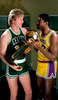 Larry Bird y 'Magic' Johnson posan con el trofeo de campeones del año 1986./Getty Images