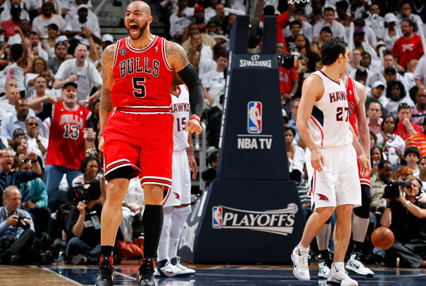 Carlos Boozer, el mejor de los Bulls con 23 puntos y 10 rebotes, festeja con un grito una de sus canastas ante los Hawks./ Getty Images