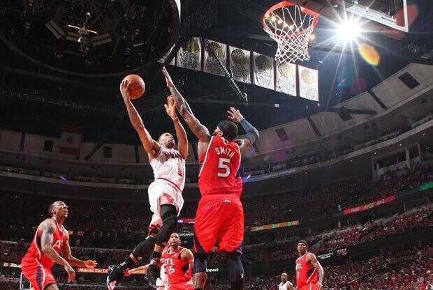 Derrick Rose, base de los Bulls, en una entrada a canasta en el partido de anoche ante los Hawks. / Getty Images