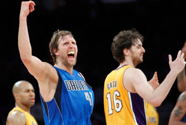 Dirk Nowitzk celebra la segunda victoria de los Mavs ante los Lakers