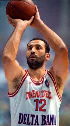 Vlade Divac, una de las estrellas de la NBA que jugó en Europa en el último cierre patronal de 1998