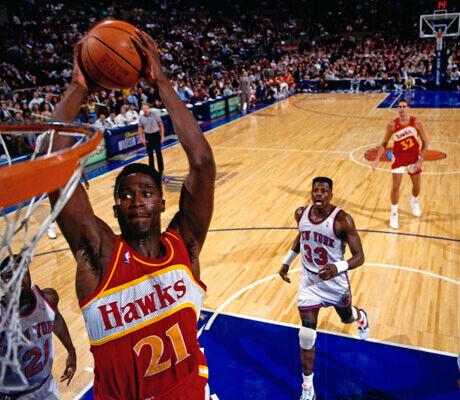 El mítico Dominique Wilkins en uno de sus poderosos y estilistas mates con la camiseta de los Hawks./Getty Images