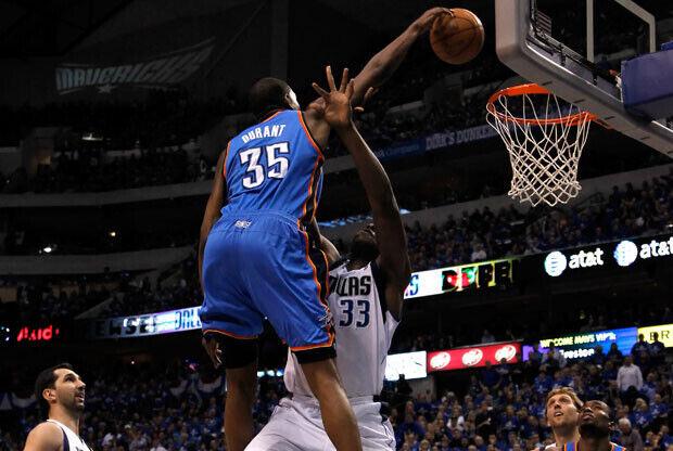 Kevin Durant vuela por encima de Brendan Haywood./Getty Images