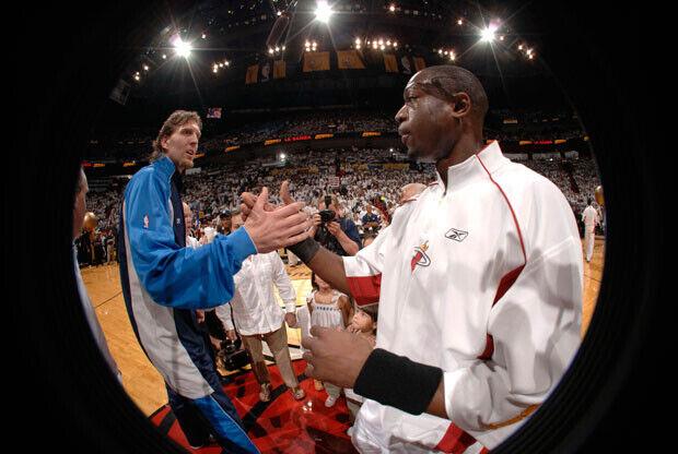 Nowitzki y Wade se saludan antes de uno de los partidos de las Finales del 2006 entre los Mavs y los Heat./Getty Images