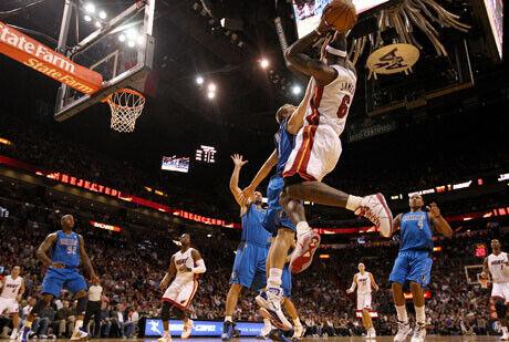 Suspensiín de LeBron James ante la defensa del alemán Nowitzki./Getty Images