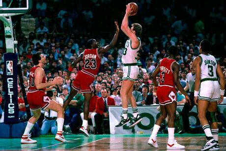 Michael Jordan puntea un tiro de Larry Bird durante un Celtics-Bulls del año 1987./Getty Images
