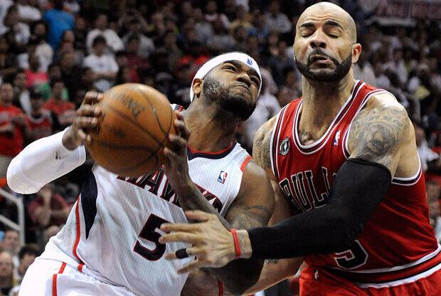 Josh Smith, Atlanta Hawks, intenta superar la defensa de Carlos Boozer