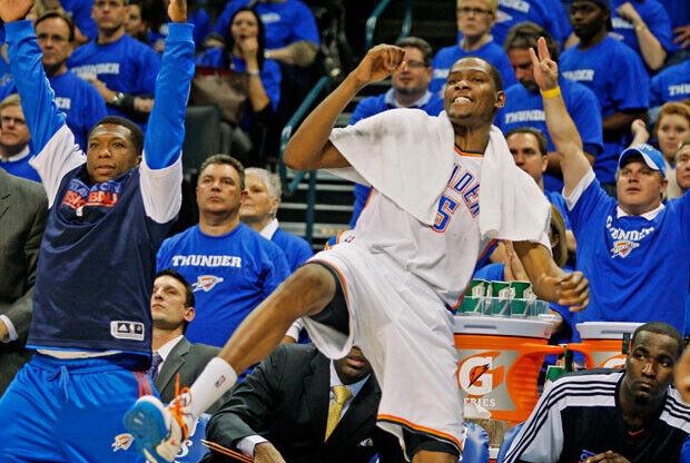 Kevin Durant, máximo anotador con 26 puntos, celebró a lo grande la victoria de los Thunder