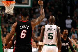 LeBron James, el mejor de los Heat con 35 puntos, levanta el brazo celebrando una canasta de su equipo