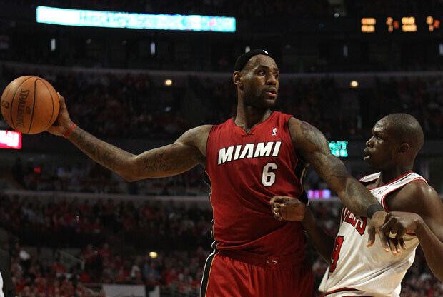 LeBron James, el mejor en Miami, protege el balón ante Luol Deng./Getty Images