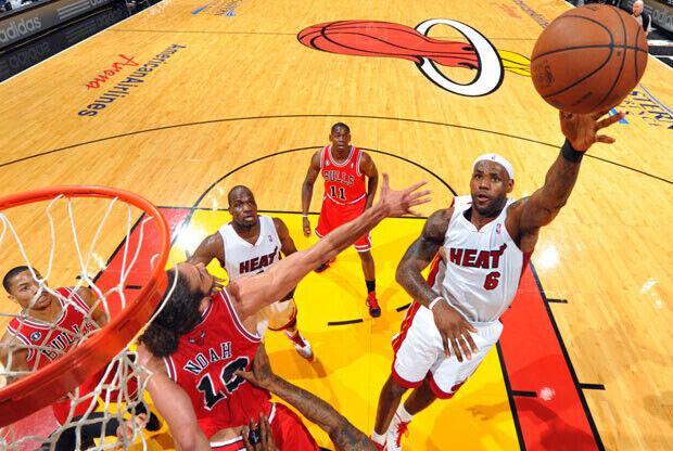 LeBron James, el mejor de los Heat con 35 puntos, lanza con la izquierda ante el francés Noah./Getty Images