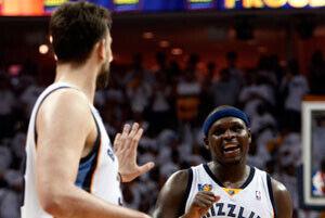 Marc Gasol y Zach Randolph, pareja interior de los Grizzlies, celebrando una canasta ante los Thunder