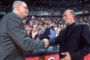 Rick Adelman y Phil Jackson se saludan antes de uno de los muchos partidos en los que se enfrentaron