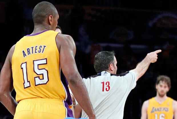 Ron Artest en el momento que es descalificado tras la falta a Barea