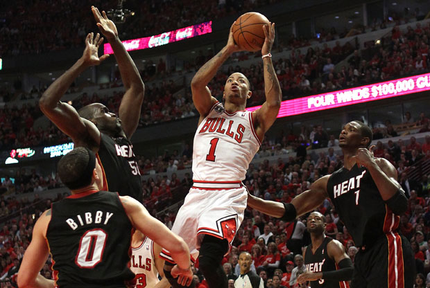 El Base de los Bulls, Derrick Rose. se eleva por encima de los defensores de los defensores de Miami./ Getty Images