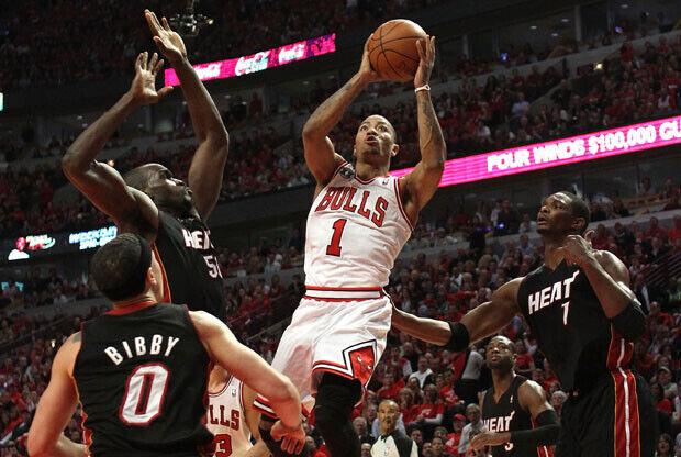 El Base de los Bulls, Derrick Rose. se eleva por encima de los defensores de los defensores de Miami./ Getty Images