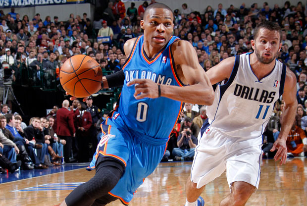 Russell Westbrook, base de los Thunder, penetra a canasta superando la defensa de JJ Barea, de los Mavs./ Getty Images