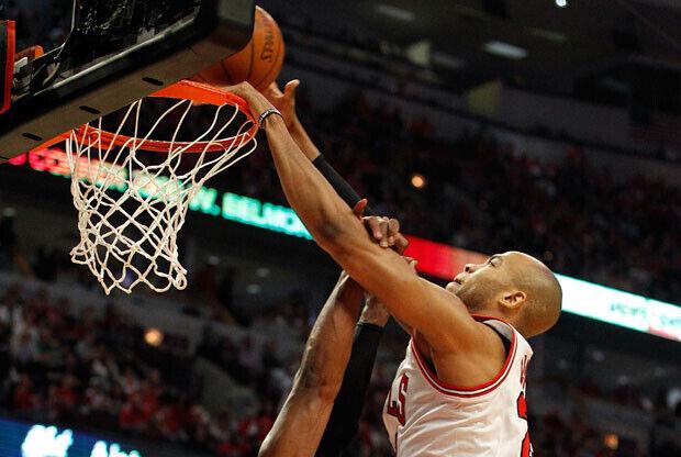 """Mate de Taj Gibson, alero de los Bulls, """"volando"""" por encima de Dwyane Wade./ Getty Images"""