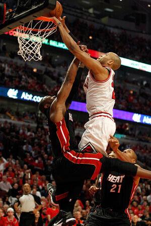 Espectacular mate de Taj Gibson, alero de los Bulls, delante de Dwyane Wade (Heat)