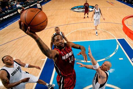 Udonis Haslem, de los Heat de Miami, realiza una bandeja ante Jason Kidd (Mavericks)./Getty Image