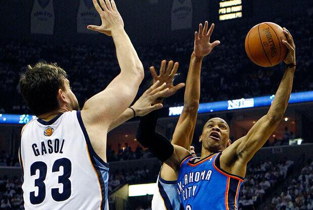 Russell Westbrook, máximo anotador del partido con 40 puntos, supera la defensa de Marc Gasol