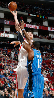 Gancho de Yao Ming ante Dwight Howard./Getty Images
