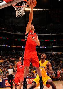 Bandeja de Calderón ante los Lakers./Getty Image
