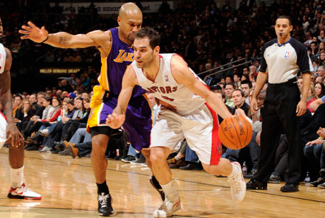 José Calderón defendido por el base de los Lakers, Derek Fisher./Getty Images