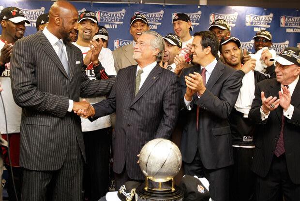 El ex jugador Alonzo Mourning felicita a Micky Arison, propietario de los Heat, en la entrega del trofeo de campeón a los de Miami./Getty Images
