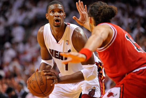 Chris Bosh (Heat) encara el uno contra uno ante Noah, pívot de los Bulls./Getty Images