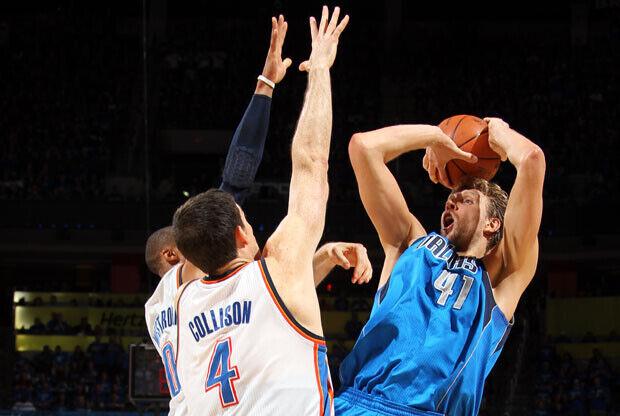 Dirk Nowitzki, la estrella de los Mavs, lanza a canasta ante dos defensores de los Thunder./Getty Images