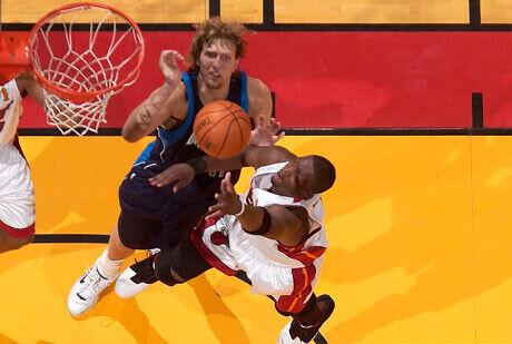 Wade y Nowitzki durante el tecer partido de las finales entre los Heat y los Mavs del 2006./Getty Images